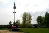 DOBROVOLNÍ HASIČI v Bublavě se podílí na pořádání kulturních akcí v obci. Mezi ty patří například stavění máje na hřišti vedle obecního úřadu.