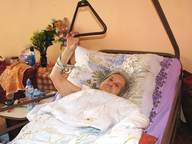 LIDEM JE ZIMA i v posteli. Když si ale zatopí elektrickým teplometem, tak mohou alespoň na chvíli vystrčit ruku ze své peřiny. Na snímku je 75letá Marta Nýmanská – maminka Marty Tótinové.
