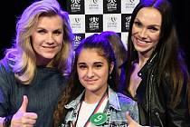 Jedenáctiletá zpěvačka Adéla Giňová po boku Leony Machálkové a Kamily Nývltové. Zvítězila ve své kategorii v soutěži Česko zpívá.