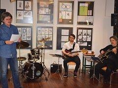 Na vernisáži výstavy Kniha v maturitní práci v loketské knihovně se o hudební doprovod postaral Jazz Apetit.