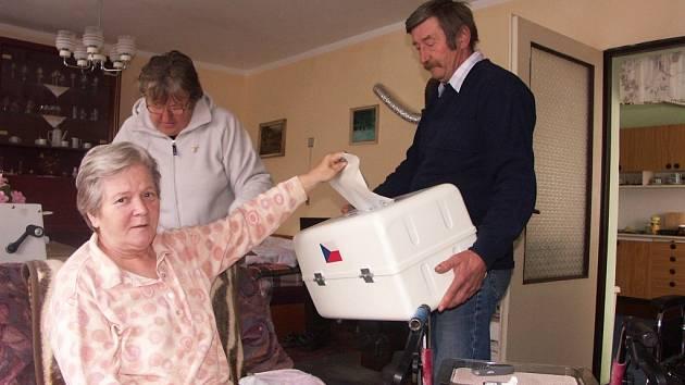 Marie Reifová, která je na vozíčku vítá, že za ní chodí josefovská volební komise pravidelně až domů.