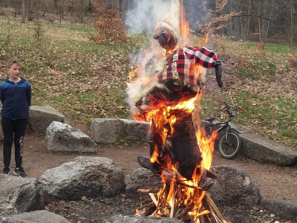 Horalka uklidila sady a poté upálila originální čarodějnici.