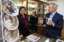 Vzácné zdobené kousky porcelánu ukázal majitel porcelánky Petr Kovylin