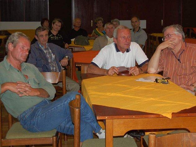 Někteří lidé se v Chodově pustili do internetové diskuze, další přišli diskutovat s představiteli Liaporu přímo na veřejné jednání, které se uskutečnilo v pondělí.