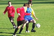 Okresní přebor: Olympie Březová - Dynamo Krajková (v červených dresech)