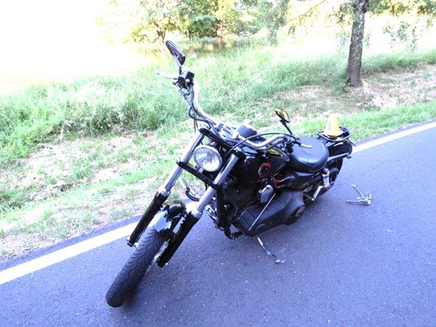 Motorkář nezvládl jízdu prudkou zatáčkou, narazil pak do dodávky.