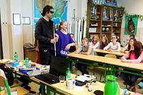 """MARTIN Jůza ze sokolovského TyfloCentra názorně ukazuje chůzi s bílou holí. """"Přednáška byla hodně zajímavá,"""" pochvalovali si školáci."""