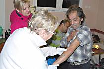 PRIMÁŘKA kožního oddělení sokolovské nemocnice Helena Němcová prohlíží prvního ze sokolovských pacientů. Kožní onemocnění neměl žádné, zato před dvěma roky ztratil hlas.