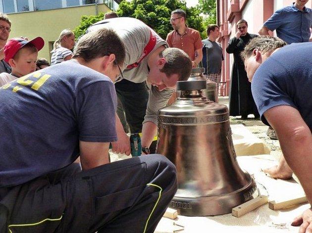 HASIČI SE V CHODOVĚ připravují na vyzdvihnutí nových zvonů do tamního kostela.