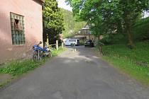 V Oloví havarovala motorka s osobním autem. Mladík neměl řidičák ani SPZ.