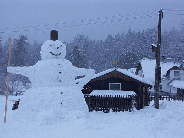 Obří sněhulák v Šindelové.