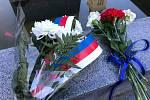 Květiny u pomníku.