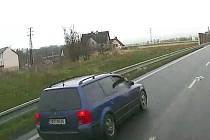 Spolujezdec hodil pod zasahující vůz hasičů skleněnou láhev, agresora zachytila kamera.