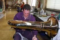Jeden z provozů kraslického výrobce hudebních nástrojů