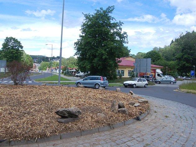 Kruhová křižovatka v Kraslicích má přestat hyzdit vjezd do České republiky díky příspěvkům na zeleň.