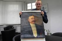 Městský historik Miloš Bělohlávek ukazuje obraz starosty Fenkla před restaurováním.
