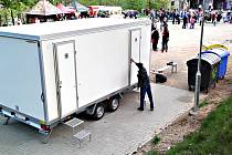 V městských sadech jsou nové mobilní toalety. Technické služby je po akcích budou odvážet, aby je neponičili vandalové.