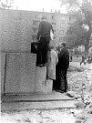 Na fotkách je stržená socha bojovníka u dnešního kruhového objezdu u zámku. Sokolovští sochu strhli na protest vstupu vojsk Varšavské smlouvy snad s tím, že ji vnímali jako symbol sovětských vojáků.