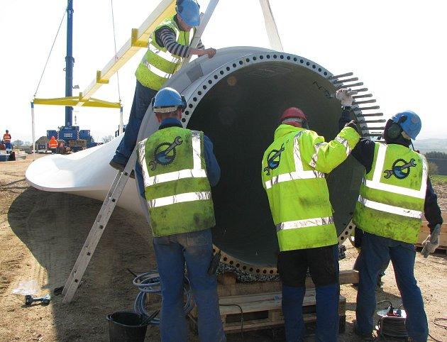 Větrné elektrárny se v sobotu představí veřejnosti. Na snímku je montáž jedné z nich u Horního Částkova.