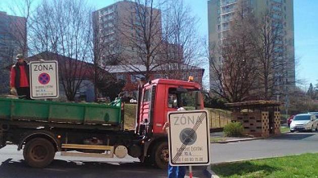 Pracovníci firmy Sotes rozmisťují dopravní značky
