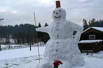 Obří sněhulák je vysoký pět metrů.