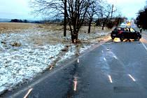 ŠKODA 120 tisíc korun vznikla při dopravní nehodě mezi Krajkovou a Josefovem. Na vině byla namrzlá silnice.
