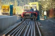 Kvůli opravám trati je na železnici výluka.