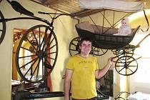 PETR POČEPICKÝ ukazuje jeden z nejstarších kočárků v naší republice, datován je před rokem 1800.