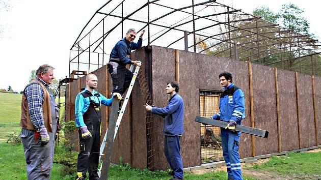ŽÁCI SOKOLOVSKÉ INTEGROVANÉ ŠKOLY přímo ve stanici Drosera, kde dokončují práce na nové rozletové voliéře, která pomáhá vracet se zpět do přírody ptákům, které Drosera zachraňuje. Práce trvaly přibližně měsíc.