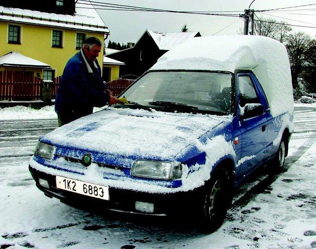 S prvním sněhem si řidiči začali měnit pneumatiky