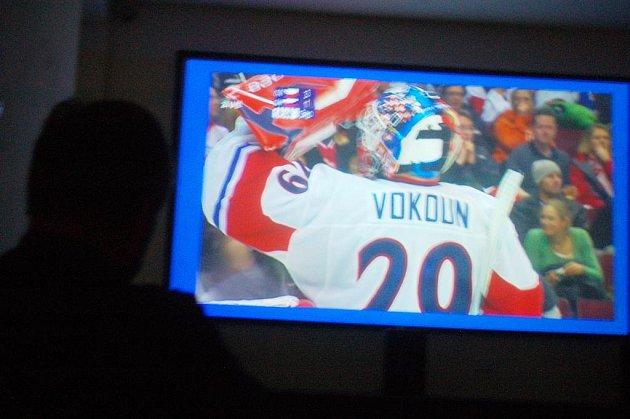 BRANKÁŘ  Tomáš Vokoun podržel české hokejisty svými zákroky, což sledovali lidé na velkoplošné projekci v kraslickém digitálním kině.