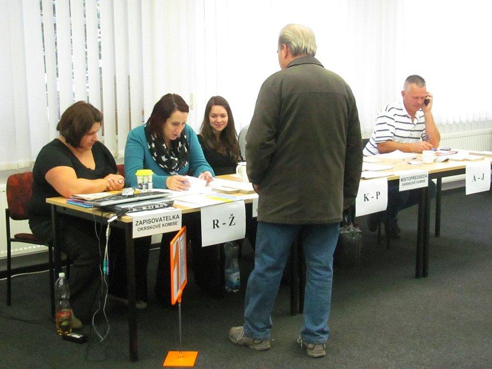 Volební místnost v Chodově.