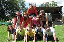 Desítka dobrovolníků z různých koutů planety tvoří lidskou pyramidu.