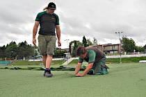 SEDM let sloužící umělý trávník v areálu Baníku se dočkal výměny. Povrch je hojně využívaný fotbalisty z celého regionu a na některých místech už byl opravovaný