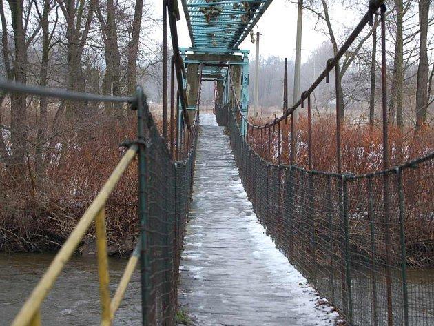 Most v Těšovicích přes řeku Ohři je kvůli havarijnímu stavu zavřený.