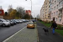 Sokolovská ulice Slavíčkova. Mezi chodníkem pro chodce a vozovkou jsou uprostřed výhybny na kterých se nesmí parkovat