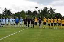 Sokolovský Baník (ve žlutém) vyhrál v Kynšperku přátelské utkání v poměru 15:1.