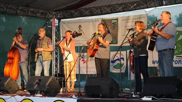 Na Folkové Ohři zahrají a zazpívají i Roháči.