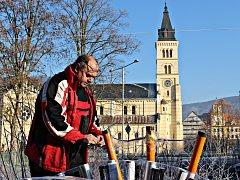 Tomáš Cvek připravuje novoroční ohňostroj