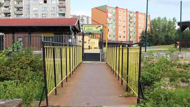 Lávka přes Chodovský potok u ZŠ v Husově ulici už na svém místě není. V průběhu několika týdnů ji nahradí nová.