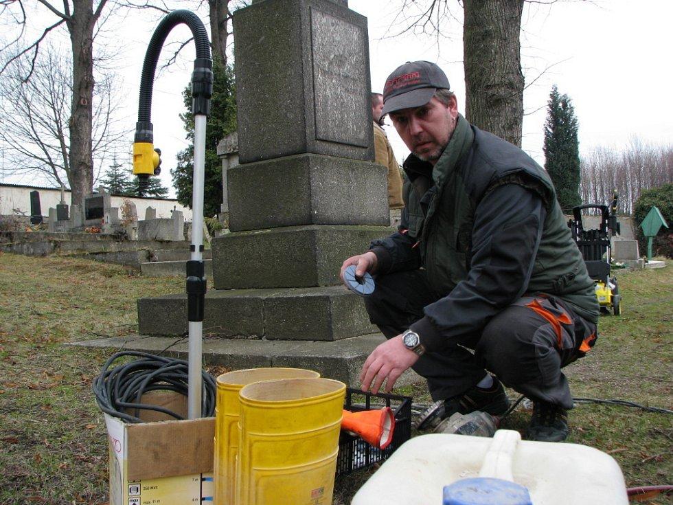 Oprava památníku.