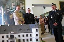 MAKETU zámku včera slavnostně předal sokolovskému muzeu ředitel Věznice Horní Slavkov Milan Dočekal (vpravo).