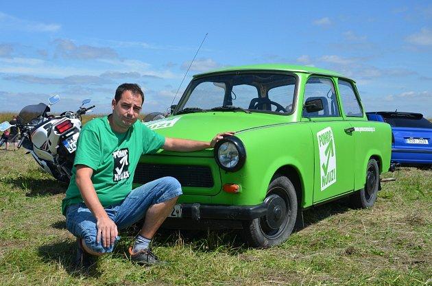 Zelený trabant Pomoci v nouzi.