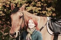 VÁCLAVA Molcarová a jeden z jejích tří koní, valach Dakota.