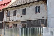 Dům čp. 13 v památkové zóně. Aby dům neohrozil kolemjdoucí, bylo na popud soudního znalce rozšířeno oplocení kolem domu.