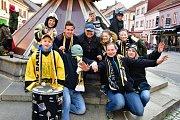 Pětistovka fanoušků vyrazila v sobotu spolu s hokejisty Baníku ze zimního stadionu na sokolovské Staré náměstí, kde čekaly další stovky lidí