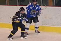 Utkání krajské ligy staršího dorostu HC Baník Sokolov - Stadion Cheb (v modrém)