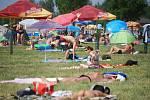 Lidé si užívají tropické počasí na koupališti Michal.