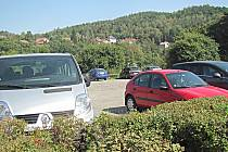 Odstavná plocha u benzínky je jednou z možností, kde zaparkovat. Při větším počtu návštěvníků kapacitně nestačí.