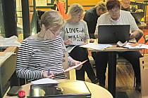 Účastníci kurzu  Senior (lapen) v síti v loketské knihovně se chtějí zdokonalit v práci s počítačem.